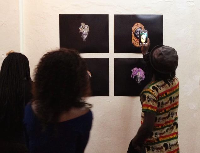 Visiteurs au Musée la Blackitude face au travail de Steve Mvondo.