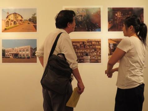 Visitor with gallery collaborator Hiroko Kemmochi. Image: YaPhoto.