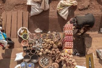 Improvised stall. Bandjoun Market. Pete area. © Yvon Ngassam.